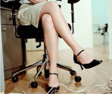 Ngồi bắt tréo chân quá lâu dễ bị suy tĩnh mạch